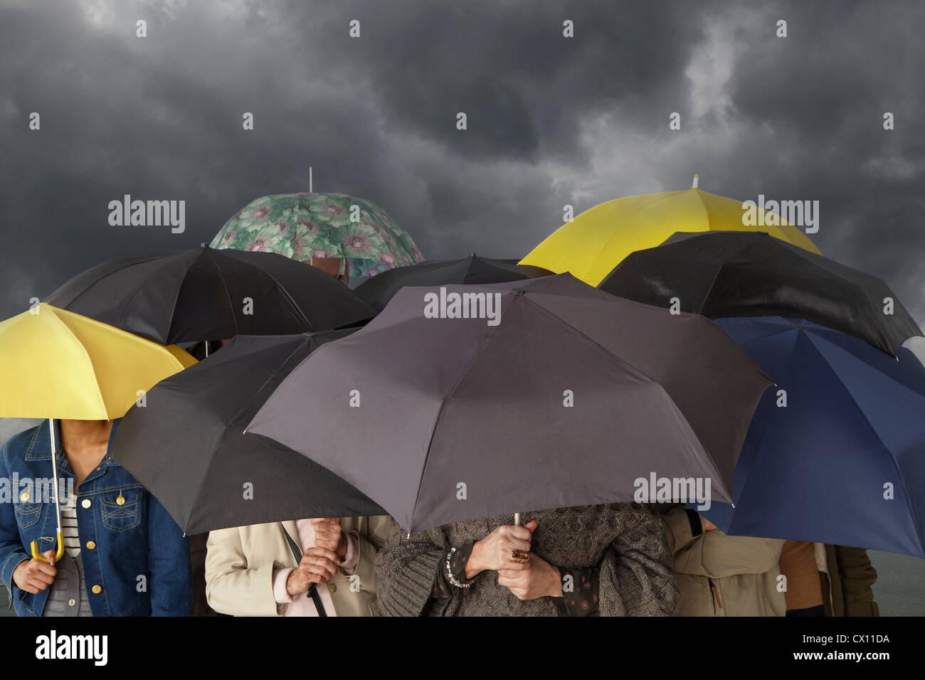 Groupe de personnes avec des parasols Banque D'Images