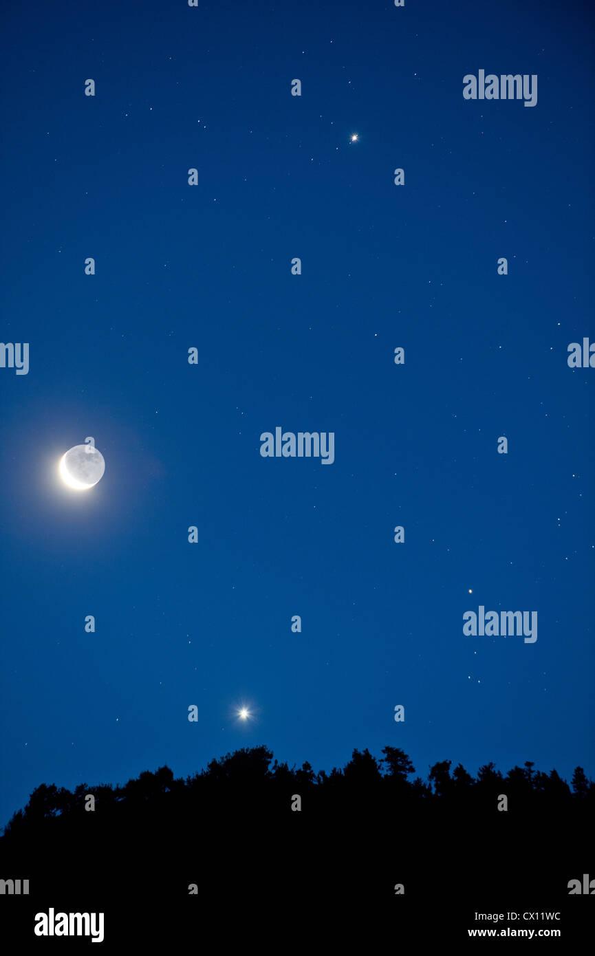 La Lune et les étoiles dans le ciel Photo Stock