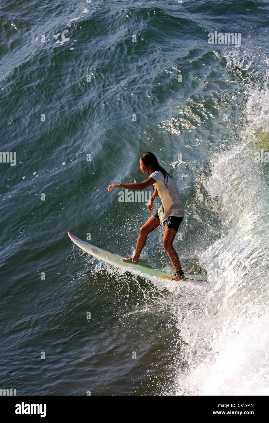 Surf surfeur féminine locale à Batu Karas à Java, en Indonésie