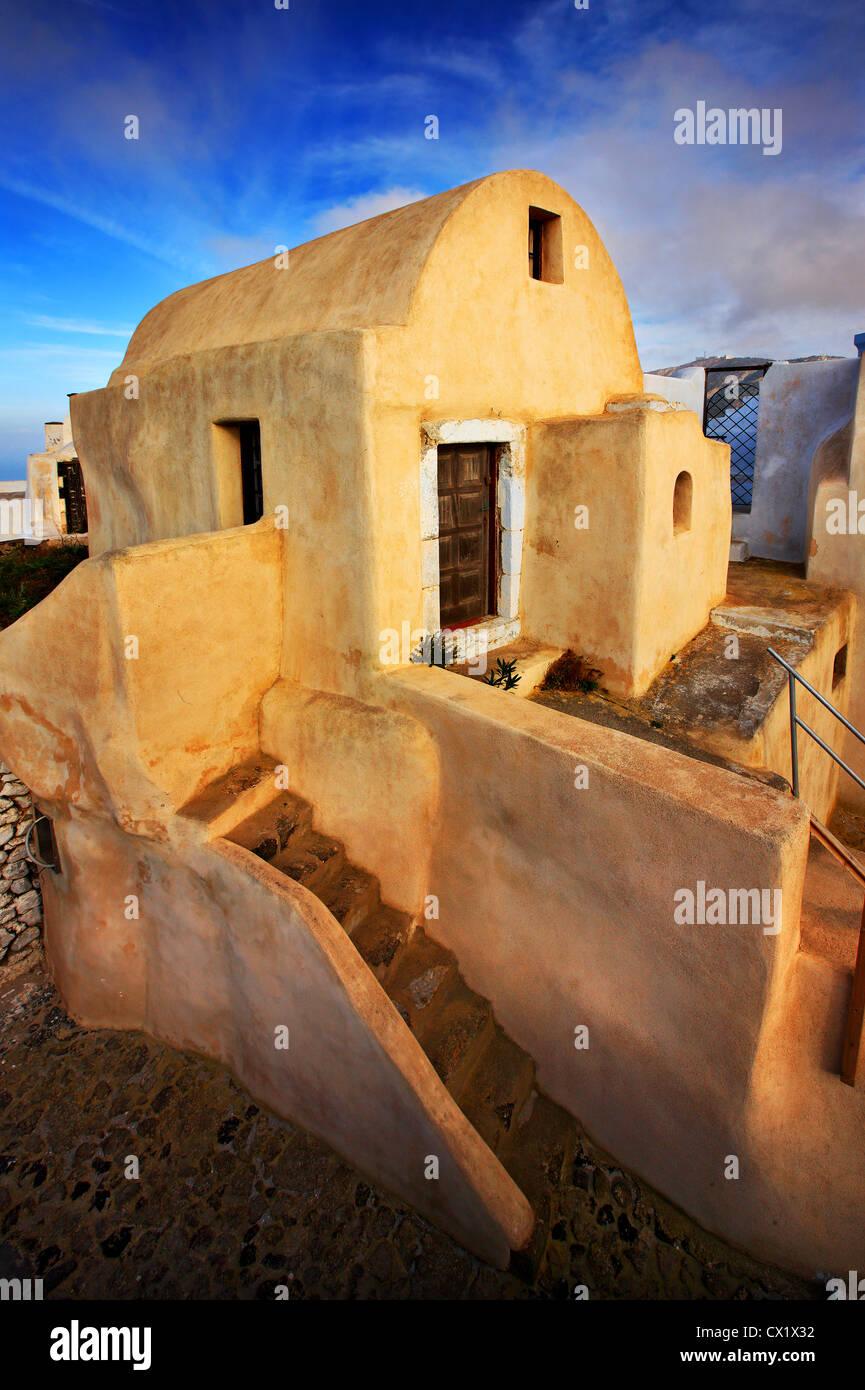 Une belle petite maison, grand exemple d'architecture Cycladian, sur le dessus de Pyrgos village, l'île Photo Stock