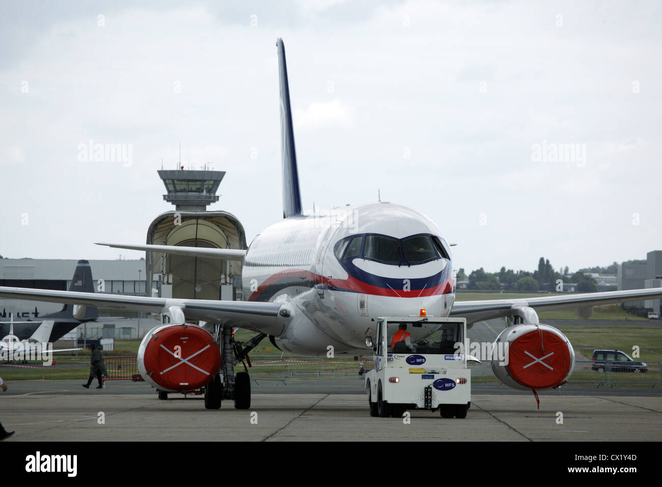 L'agence ITAR-TASS: PARIS, FRANCE. Le 20 juin 2011. Sukhoi SuperJet 100 sur l'affichage à la 2011 International Banque D'Images