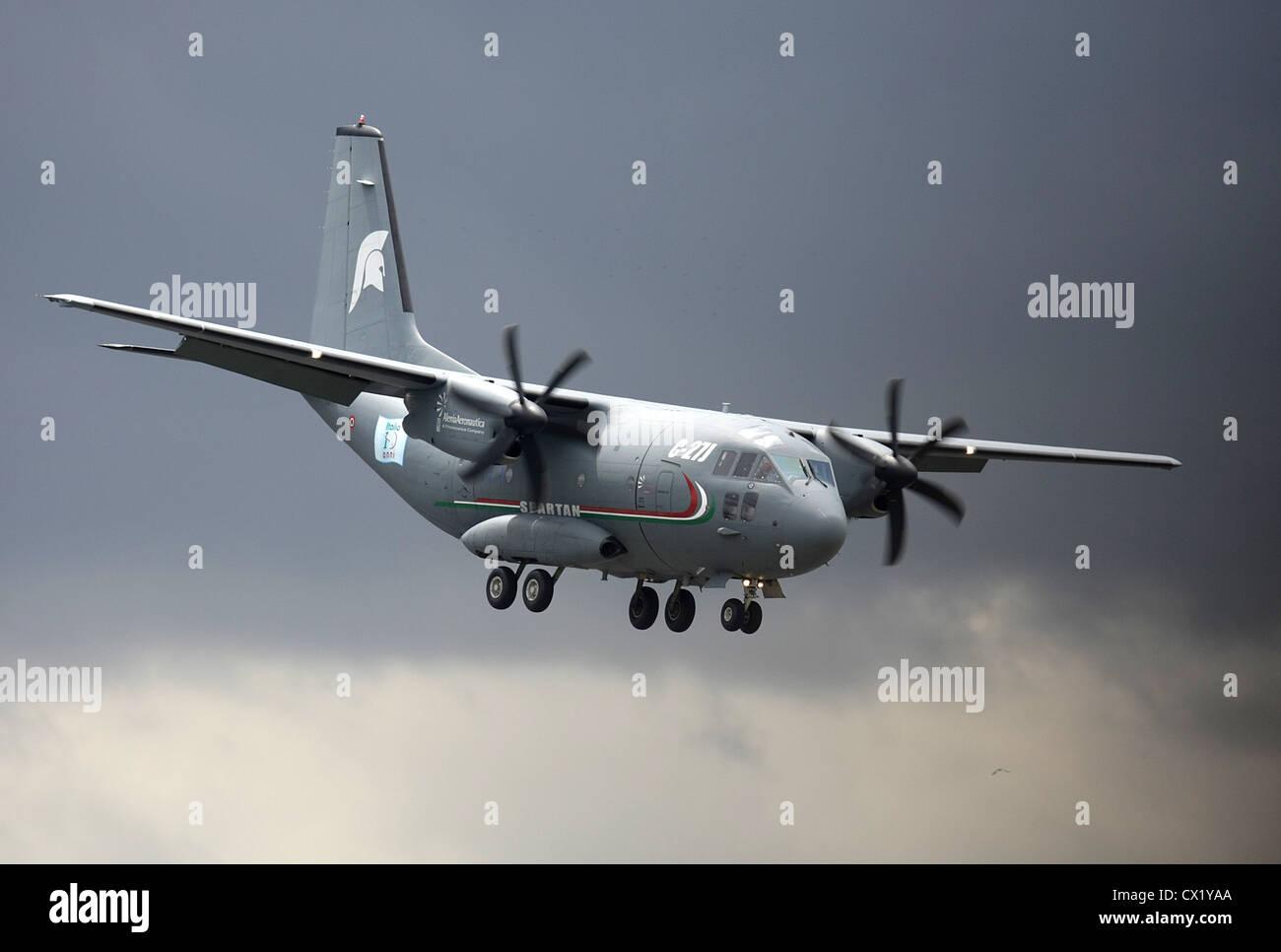 L'agence ITAR-TASS: PARIS, FRANCE. Le 21 juin 2011. C-27J Spartan aircraft effectue un vol de démonstration à la Banque D'Images