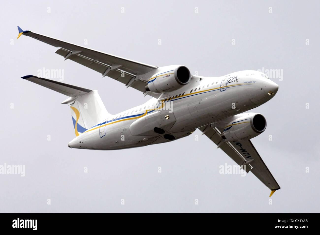 L'agence ITAR-TASS: PARIS, FRANCE. Le 21 juin 2011. Un avion Antonov 158 effectue un vol de démonstration à la Banque D'Images