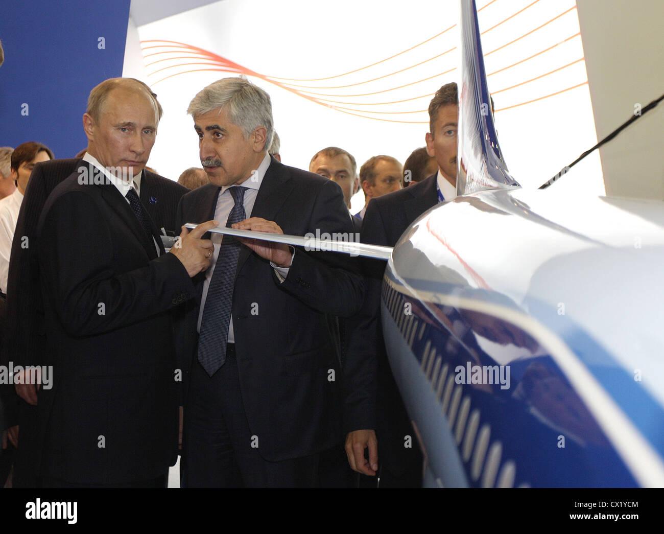 L'agence ITAR-TASS: PARIS, FRANCE. Le 21 juin 2011. Le premier ministre russe Vladimir Poutine, à gauche, et Mikhail Banque D'Images