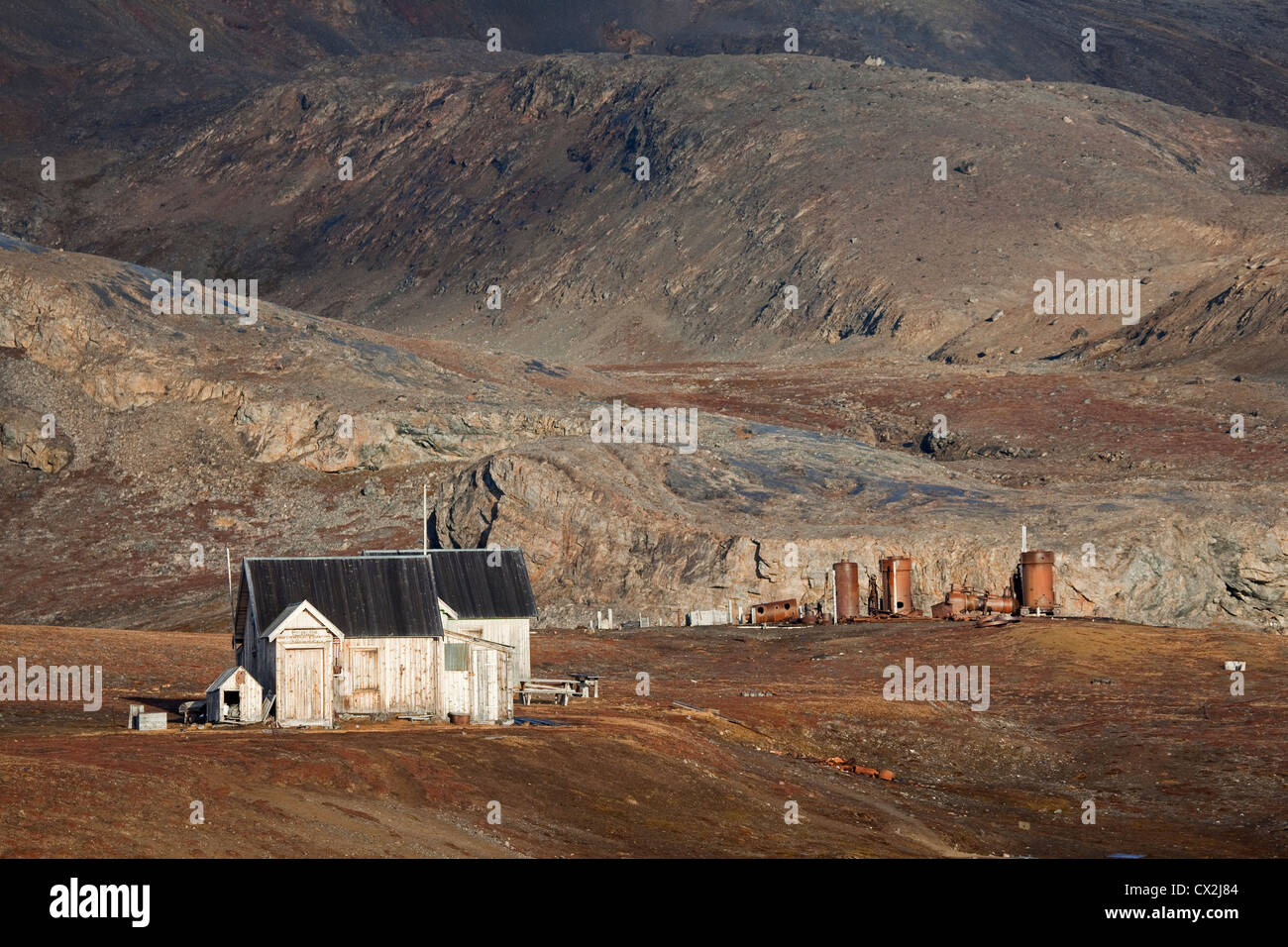 Camp de huttes en bois de Mansfield, ancienne carrière de marbre à Blomstrandhalvøya, Svalbard, Spitzberg, Photo Stock