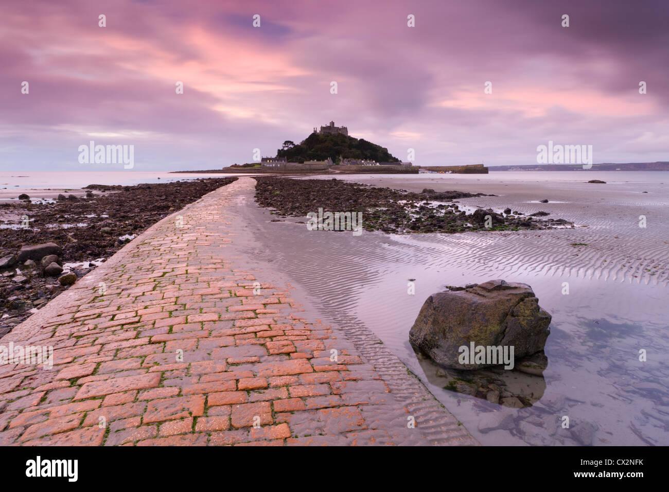 Causeway à marée basse, menant à St Michael's Mount, Cornwall, Angleterre. L'automne (octobre) Photo Stock