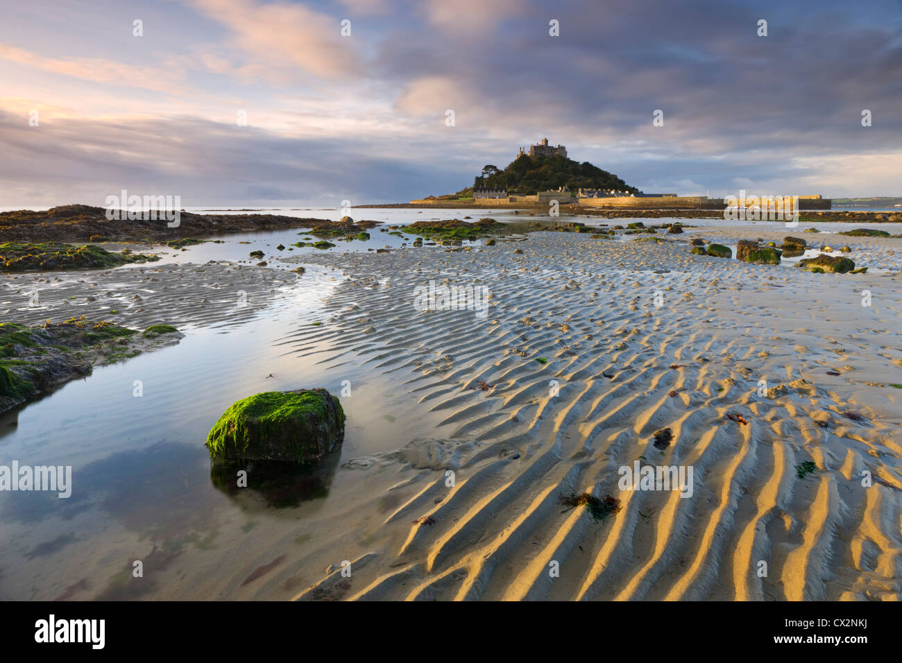 Marée basse sur Mounts Bay à la direction St Michaels Mount, Cornwall, Angleterre. L'automne (octobre) Photo Stock