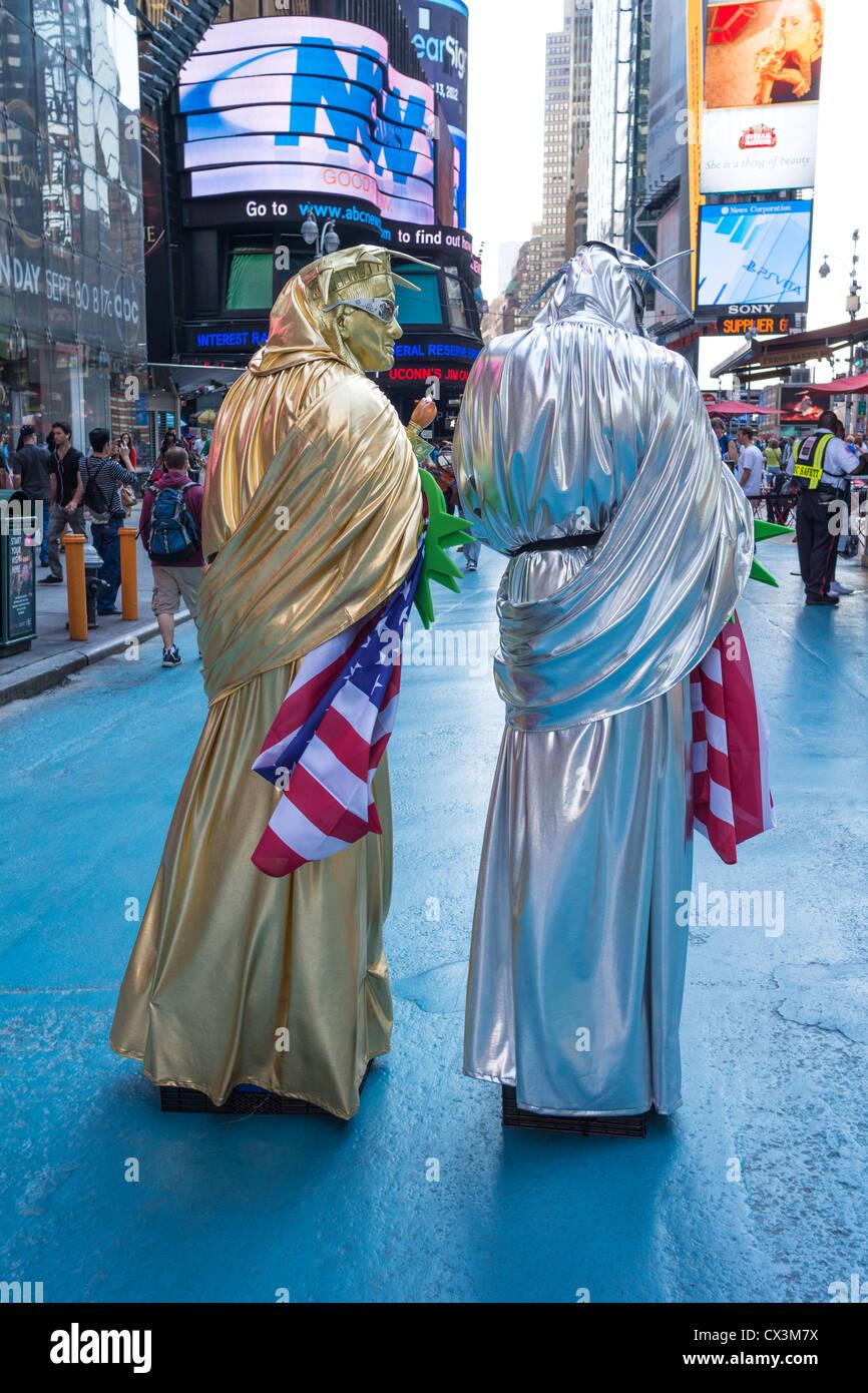Deux hommes habillés en costumes de la Statue de la liberté à Times Square à New York City Photo Stock