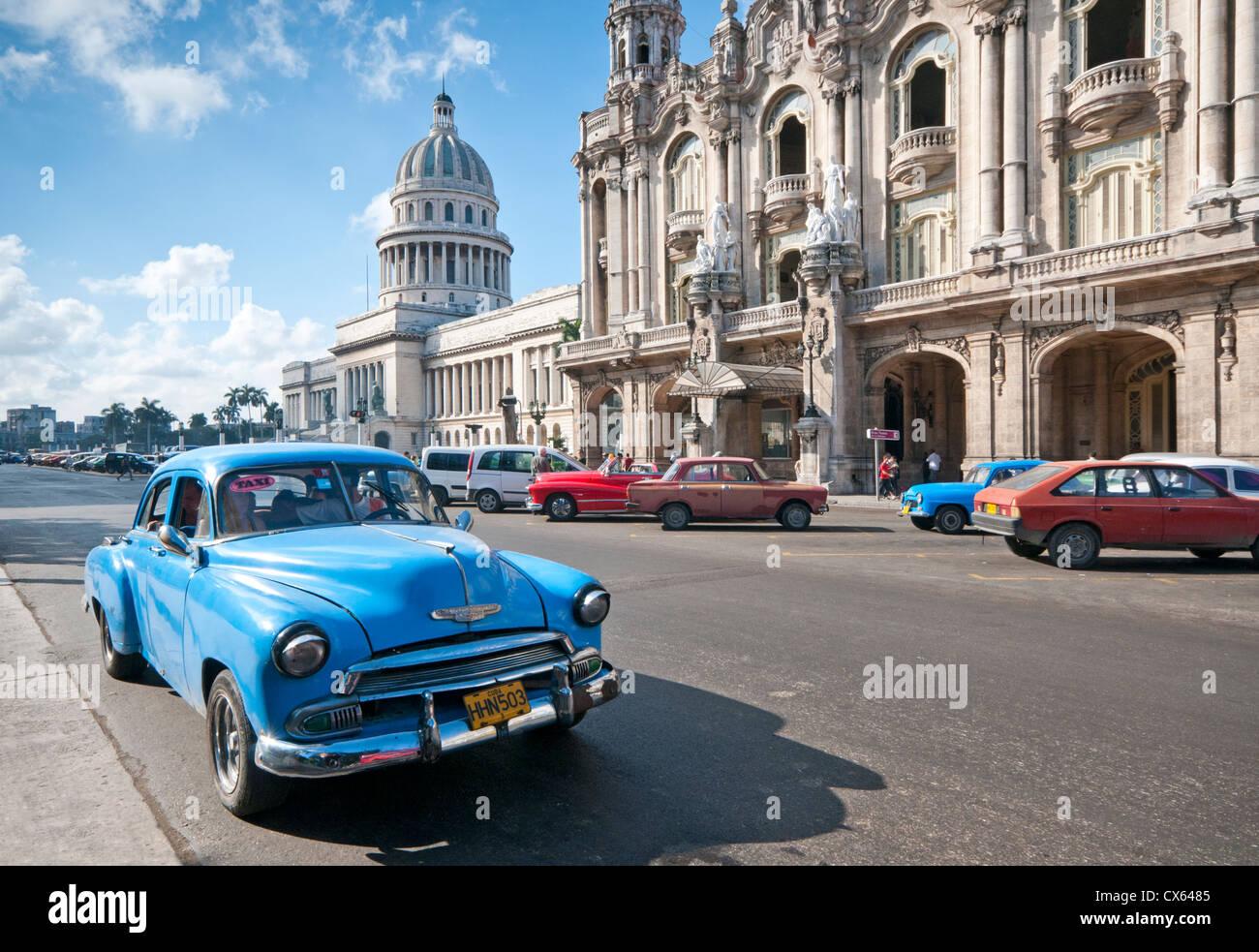 Vieilles voitures américaines passant Capitolio Building et Gran Teatro de la Habana, Paseo de Marti, Habana Photo Stock