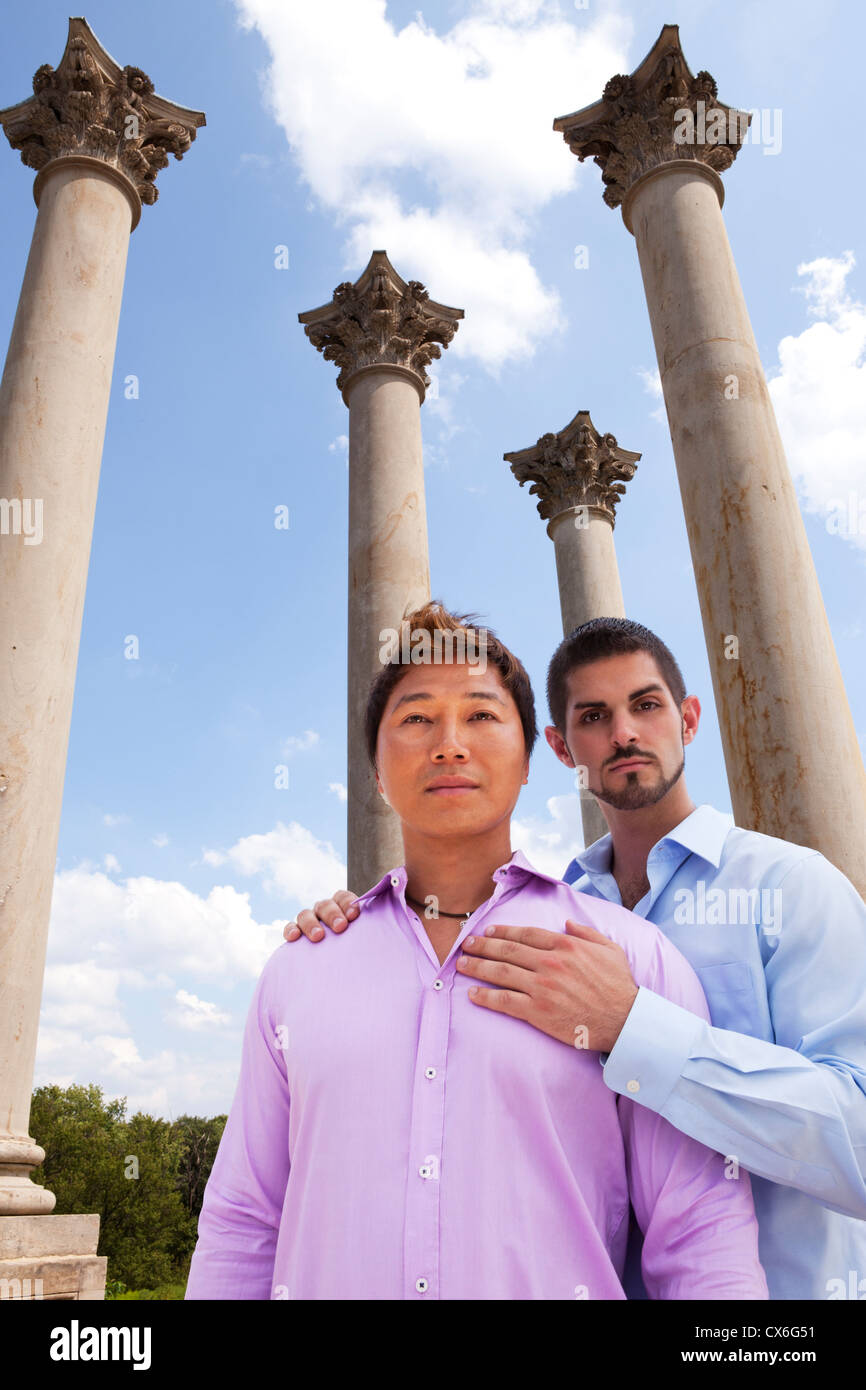 Un couple de gay est sérieux au sujet de l'importance de voir les tribunaux affirmer l'égalité Photo Stock