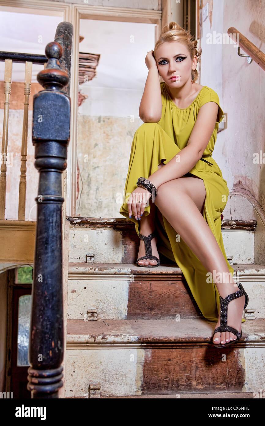 Belle femme dans l'escalier Photo Stock