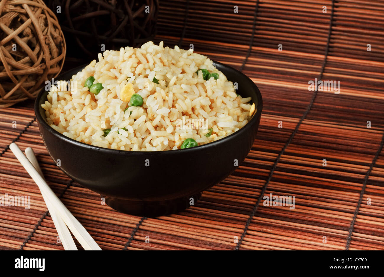 Bol de riz frit à l'oeuf une excellente cuisine chinoise avec commande latérale Photo Stock