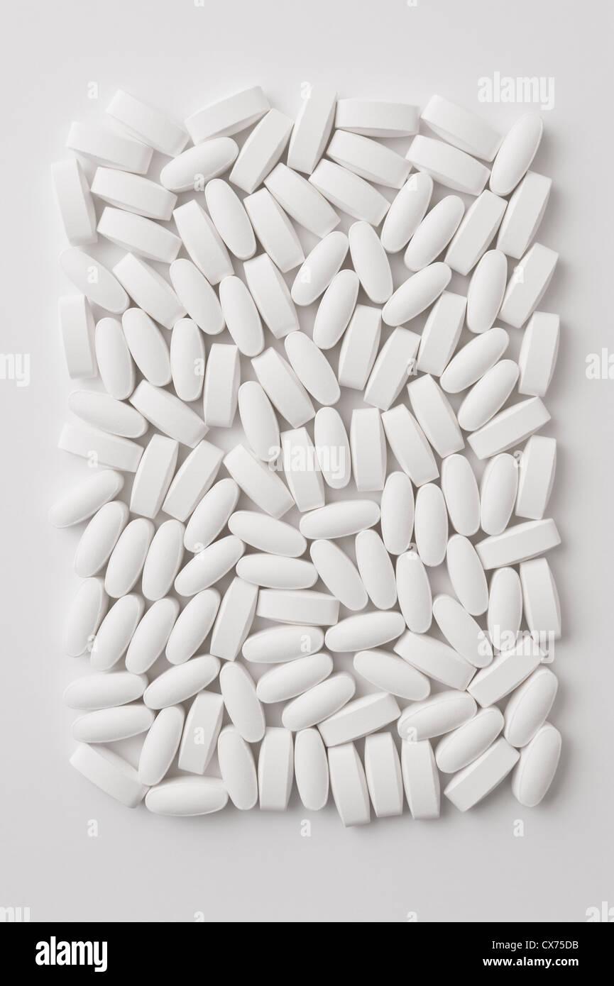 Comprimés médicaments suppléments blanc sur un fond blanc Photo Stock