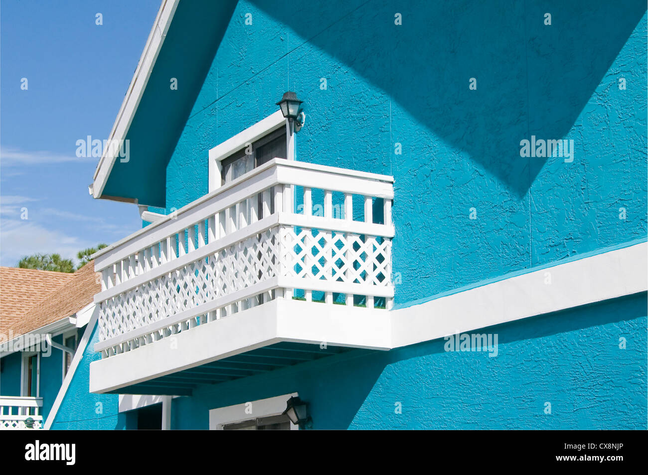 Couleur bleu vif en copropriété avec treillis abandonner blanc balcon en raison de la récession Photo Stock