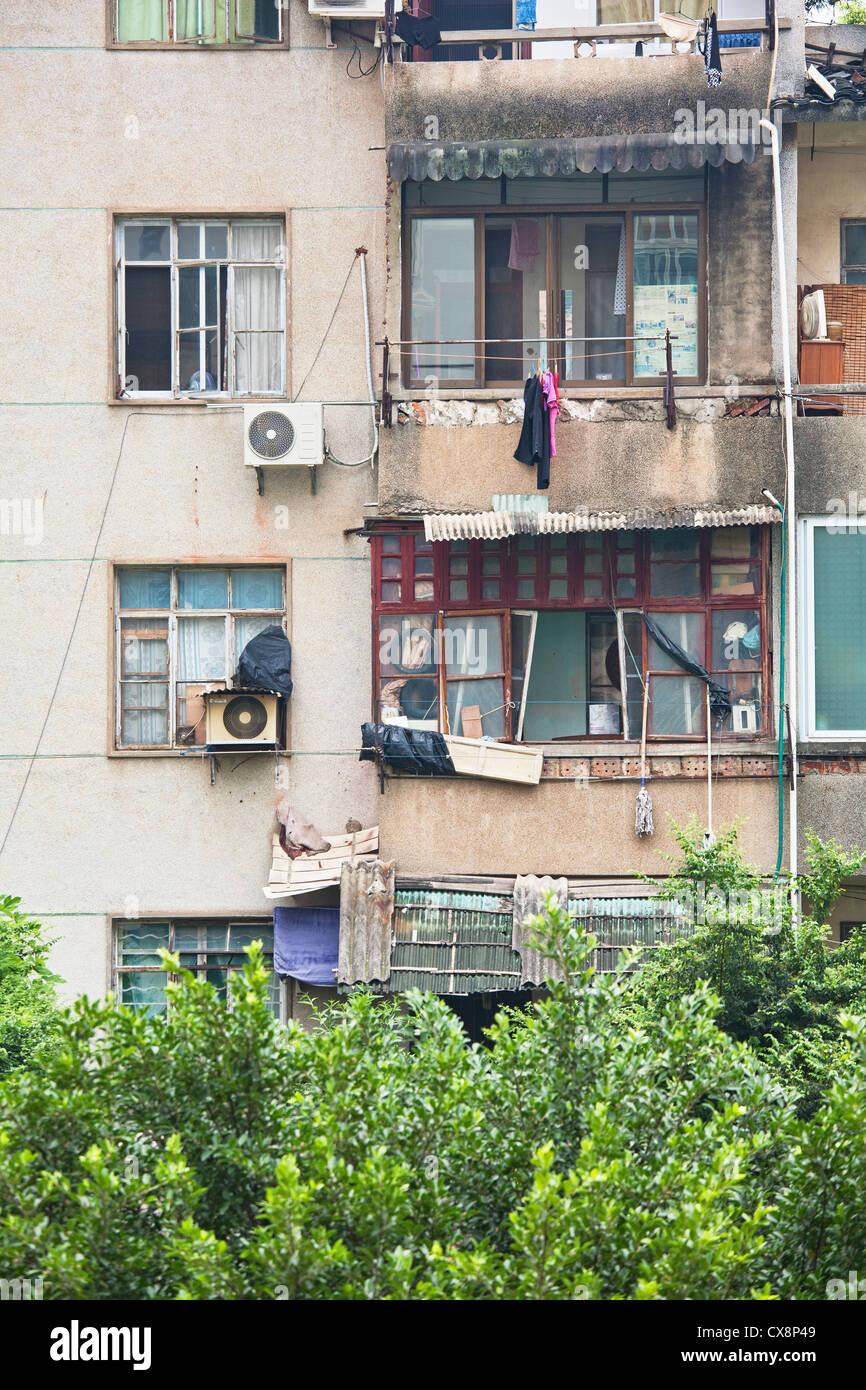 L'extérieur des maisons en Chine rurale où les familles vivent dans la pauvreté Photo Stock
