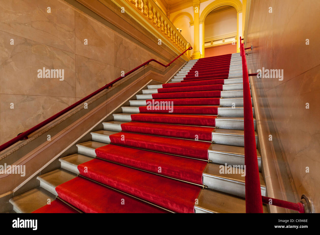 Escalier bordé de tapis rouge Photo Stock