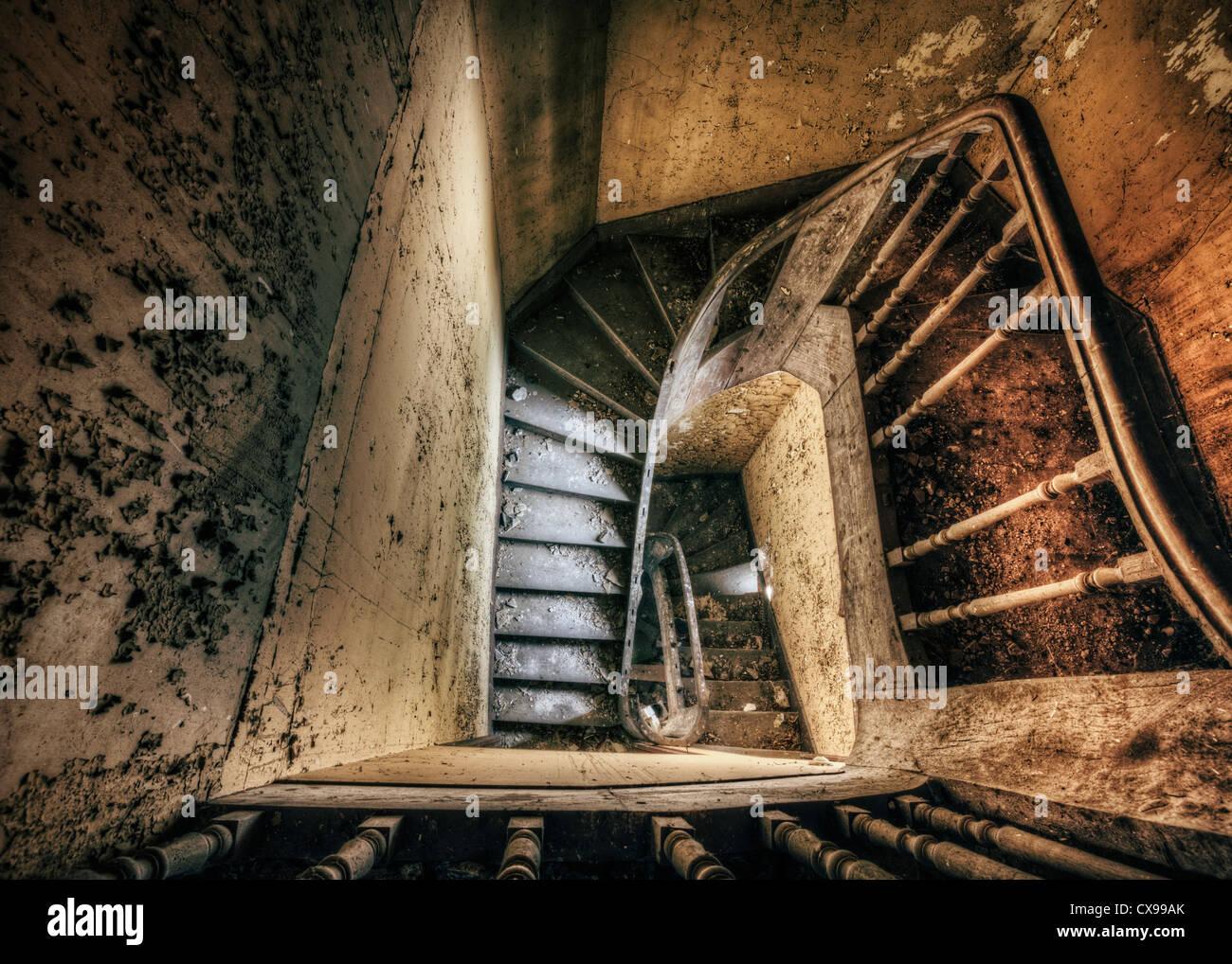 Escalier de spooky maison abandonnée Banque D'Images