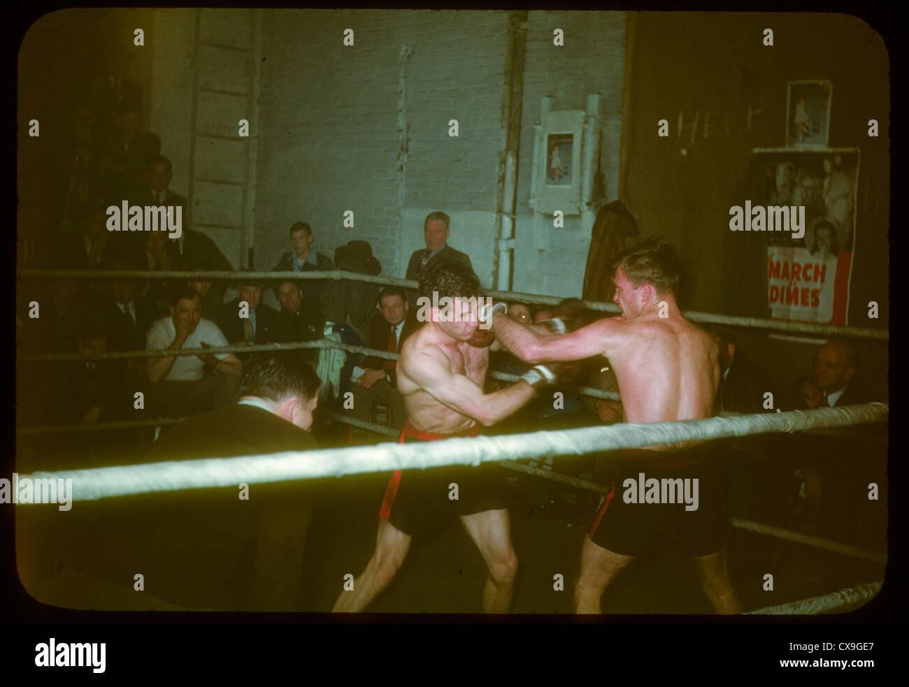 Match de boxe boxeurs sports 1950 coup de poing d'atterrissage kodachrome couleur anneau lutte contre les combattants Photo Stock