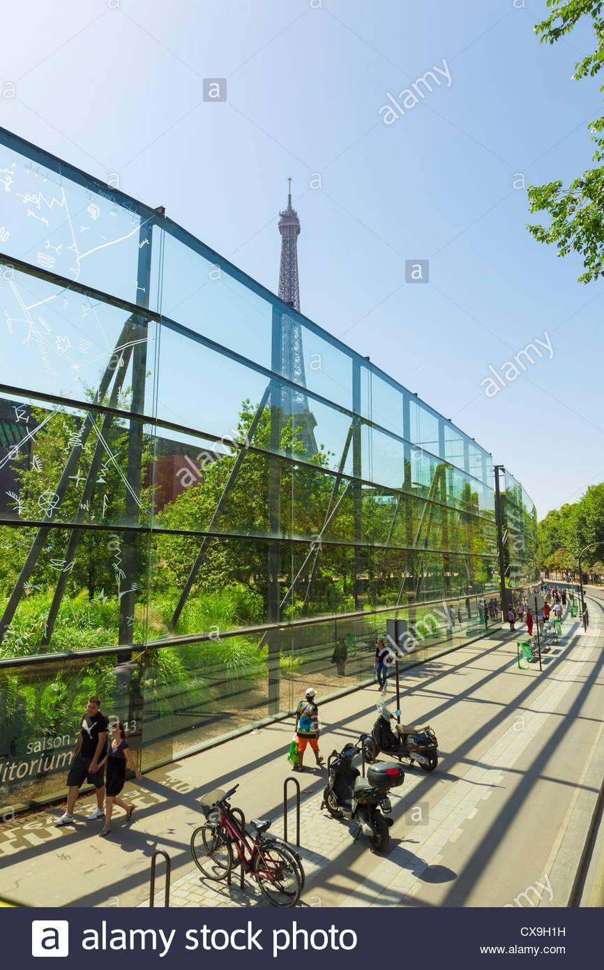 La Tour Eiffel et Musée du Quai Branly Jardin Vertical, Paris ...