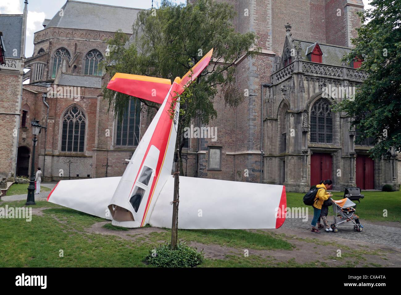 un-peu-bizarre-la-lumiere-de-l-oeuvre-d-un-ecrasement-d-avion-dans-le-centre-de-bruges-belgique-cxa4ta.jpg