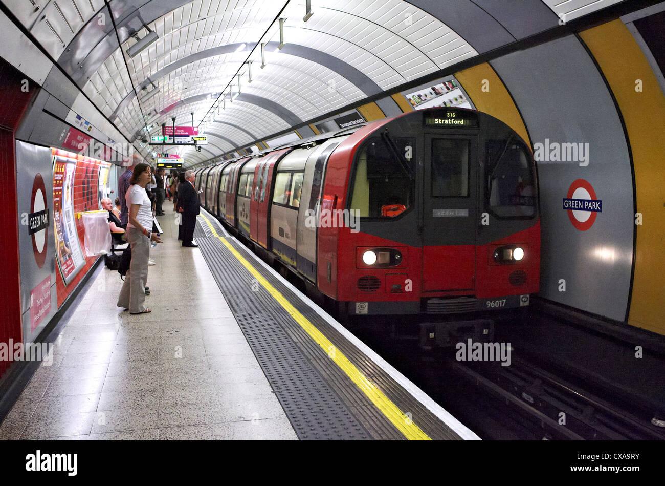 Un lonon métro arrive à la station de métro Green Park le 24/09/12 Photo Stock