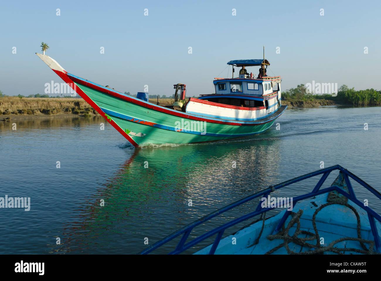 Voile sur les voies navigables dans le delta de l'Irrawaddy, le Myanmar (Birmanie), l'Asie Photo Stock