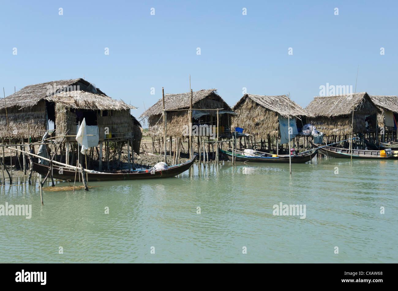 Huttes de bambou et bateaux le long d'une voie navigable, delta de l'Irrawaddy, le Myanmar (Birmanie), l'Asie Photo Stock