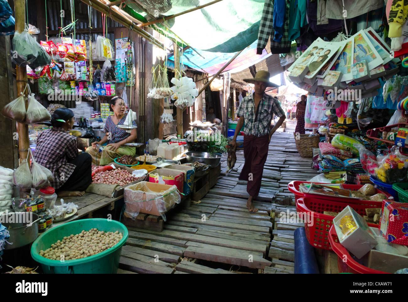 Khan Beth marché journalier sur la voie navigable, delta de l'Irrawaddy, le Myanmar (Birmanie), l'Asie Photo Stock