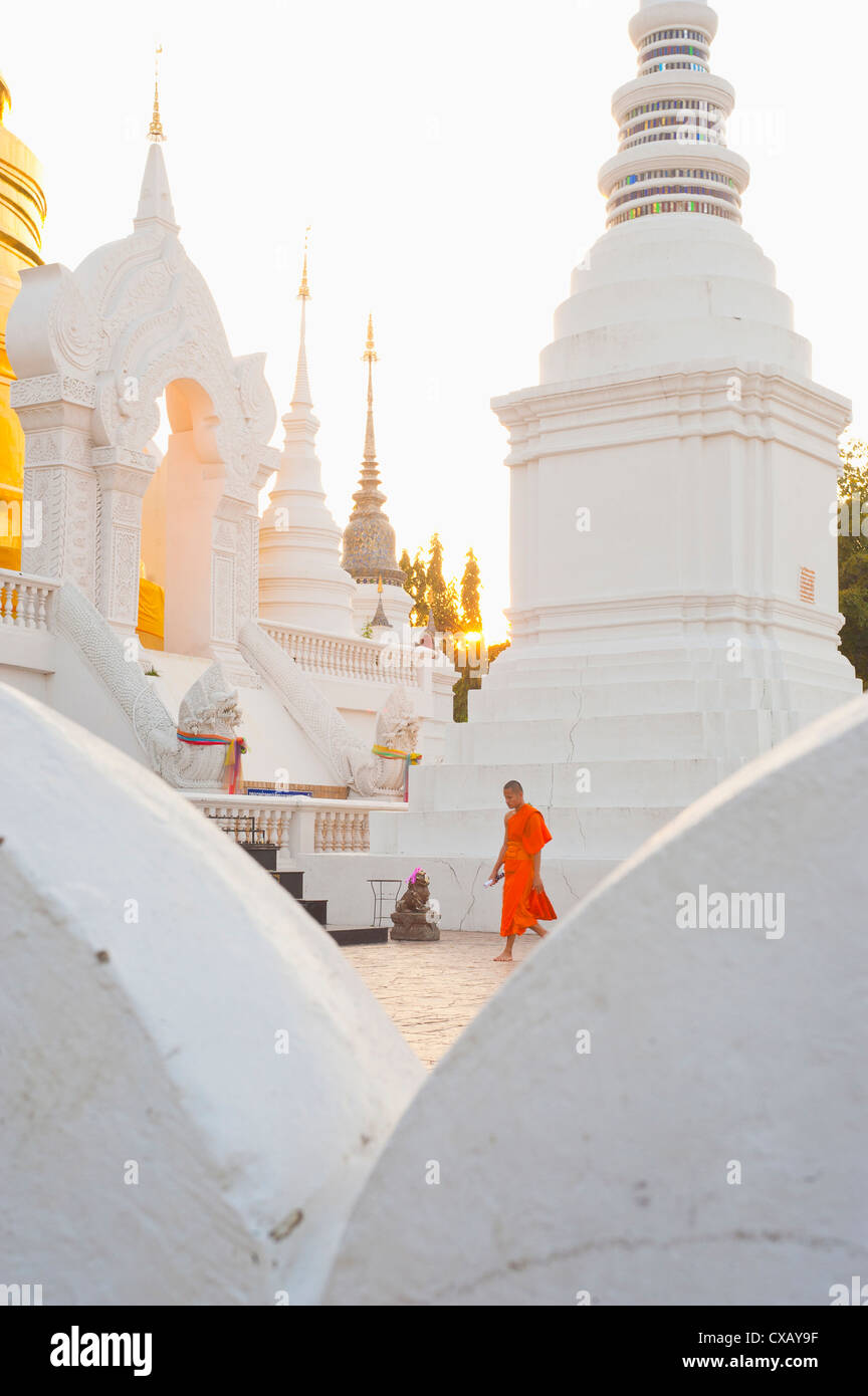 Le moine bouddhiste marcher autour de Wat Suan Dok temple à Chiang Mai, Thaïlande, Asie du Sud-Est, Asie Photo Stock