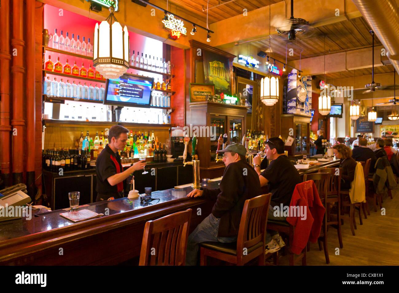 Les clients de prendre un verre dans un pub, Toronto, Ontario, Canada, Amérique du Nord Photo Stock