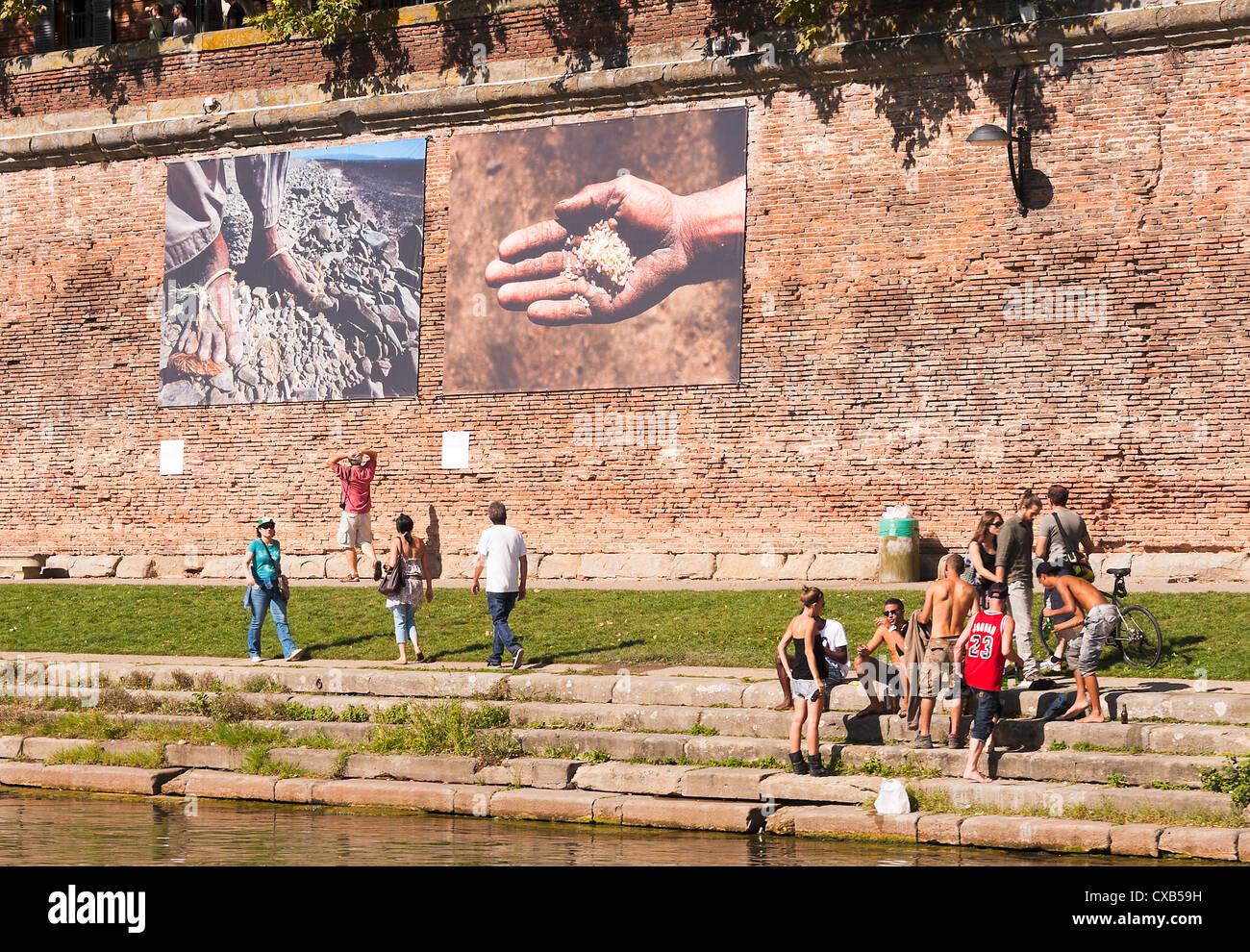 39056a57881 Exposition d art photographique illustrant la tragédie de la guerre par  Reza sur les banques du fleuve Garonne Toulouse Midi-Pyrénées France