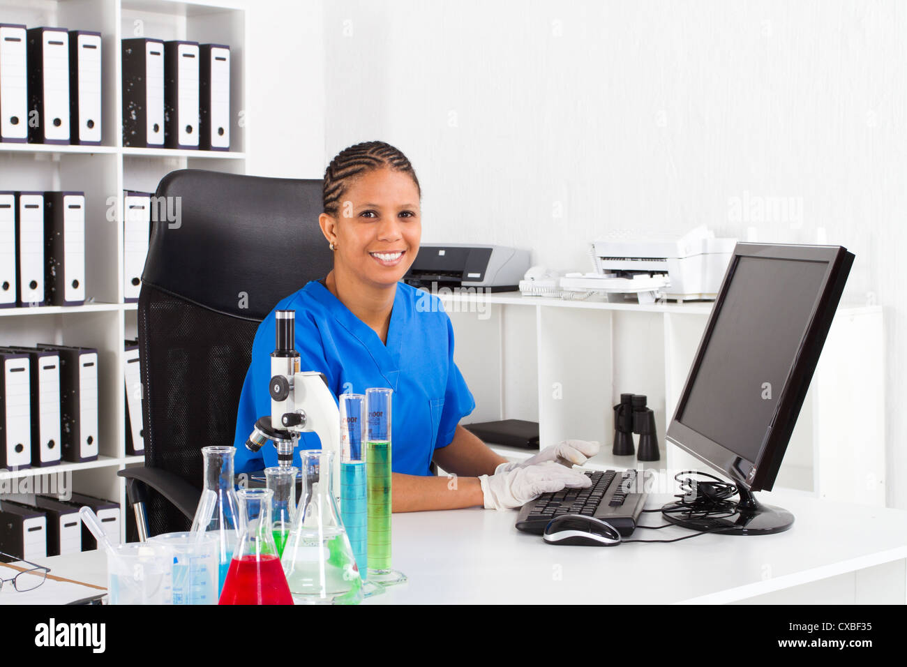 African American female scientist in lab Banque D'Images