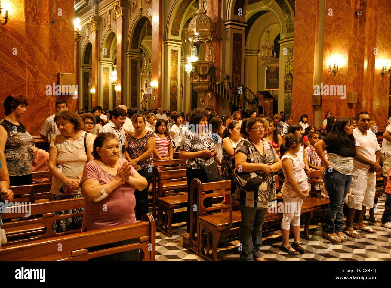 La masse à l'Iglesia Catedral, la cathédrale principale sur 9 julio square,ville de Salta, Argentine. Photo Stock