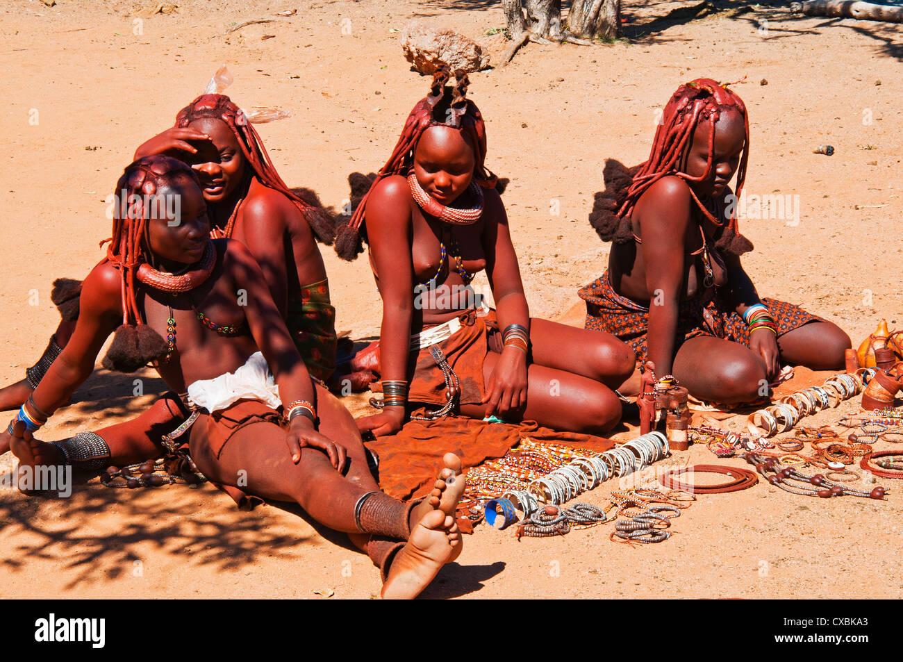 Des souvenirs, des femmes Himba Kaokoveld, Namibie, Afrique Banque D'Images