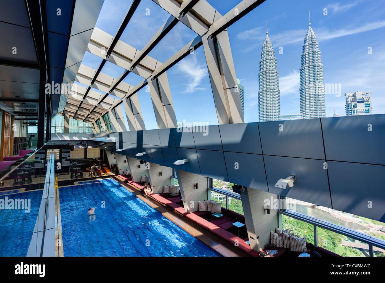 Vue d'une piscine sur le toit et le Skybar de l'emblématique 88 Tours Petronas, Kuala Lumpur, Malaisie, Photo Stock