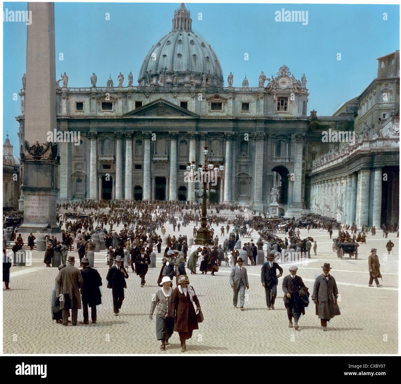 Vue colorée des piétons sur la place Saint-Pierre avec la façade de la basilique Saint-Pierre en arrière-plan, Rome, Banque D'Images