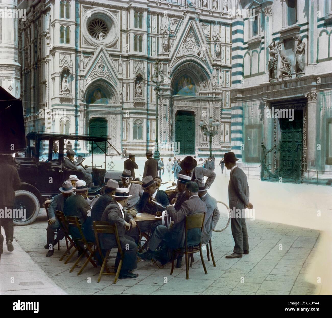 Les hommes à discuter à table, la place du Duomo, Florence, Italie 1924 Banque D'Images