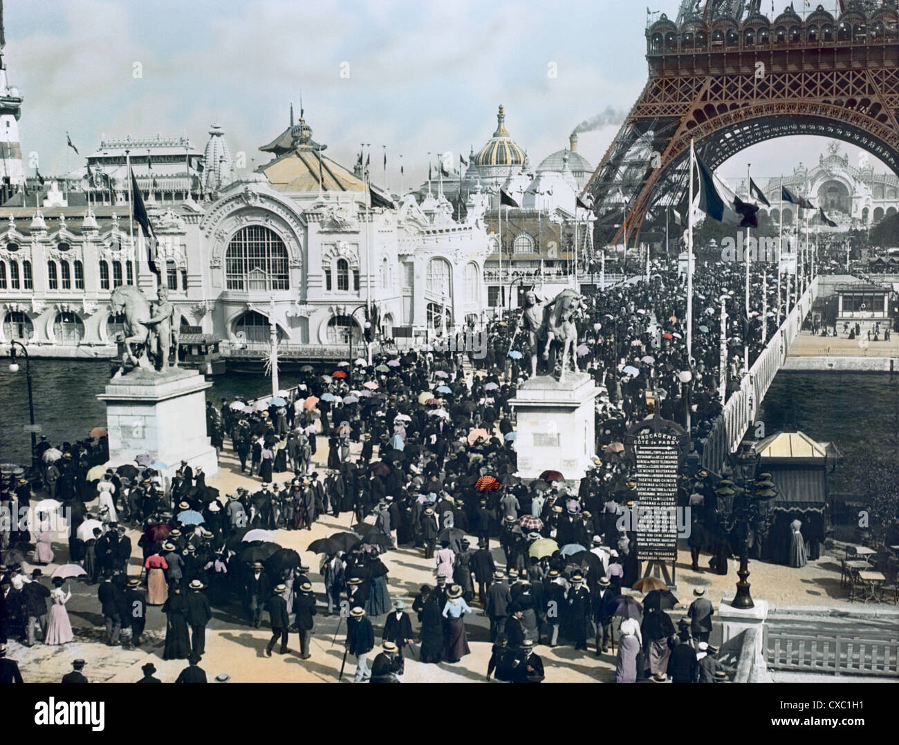 Vue en grand angle colorée depuis le Trocadéro des foules de visiteurs d'exposition sur le Pont d'Iena, sous la Banque D'Images