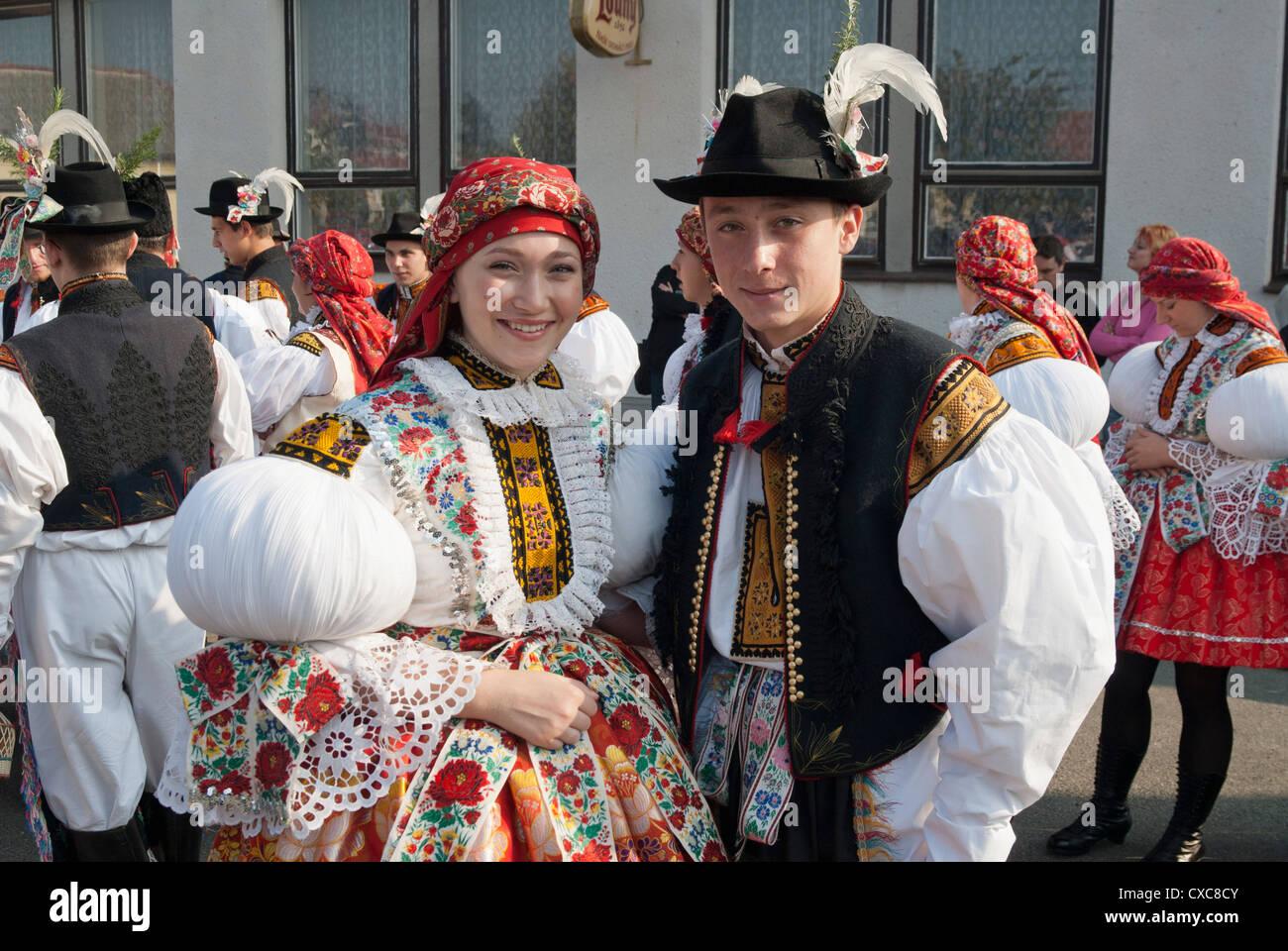La femme et l'homme portant un costume folklorique pendant l'automne robe de fête avec Law, Festival, Photo Stock