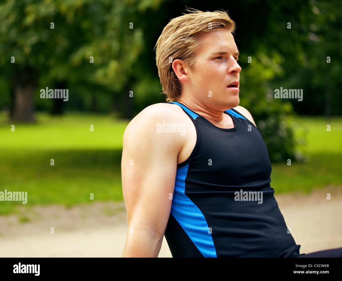 L'homme athlétique se reposant après une longue séance d'entraînement Photo Stock