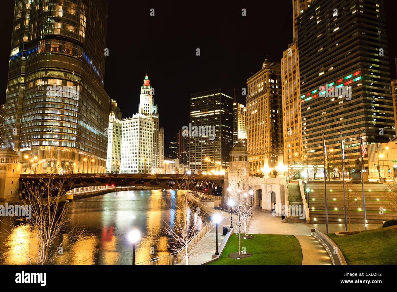 Vue panoramique sur la rivière Chicago de nuit Photo Stock