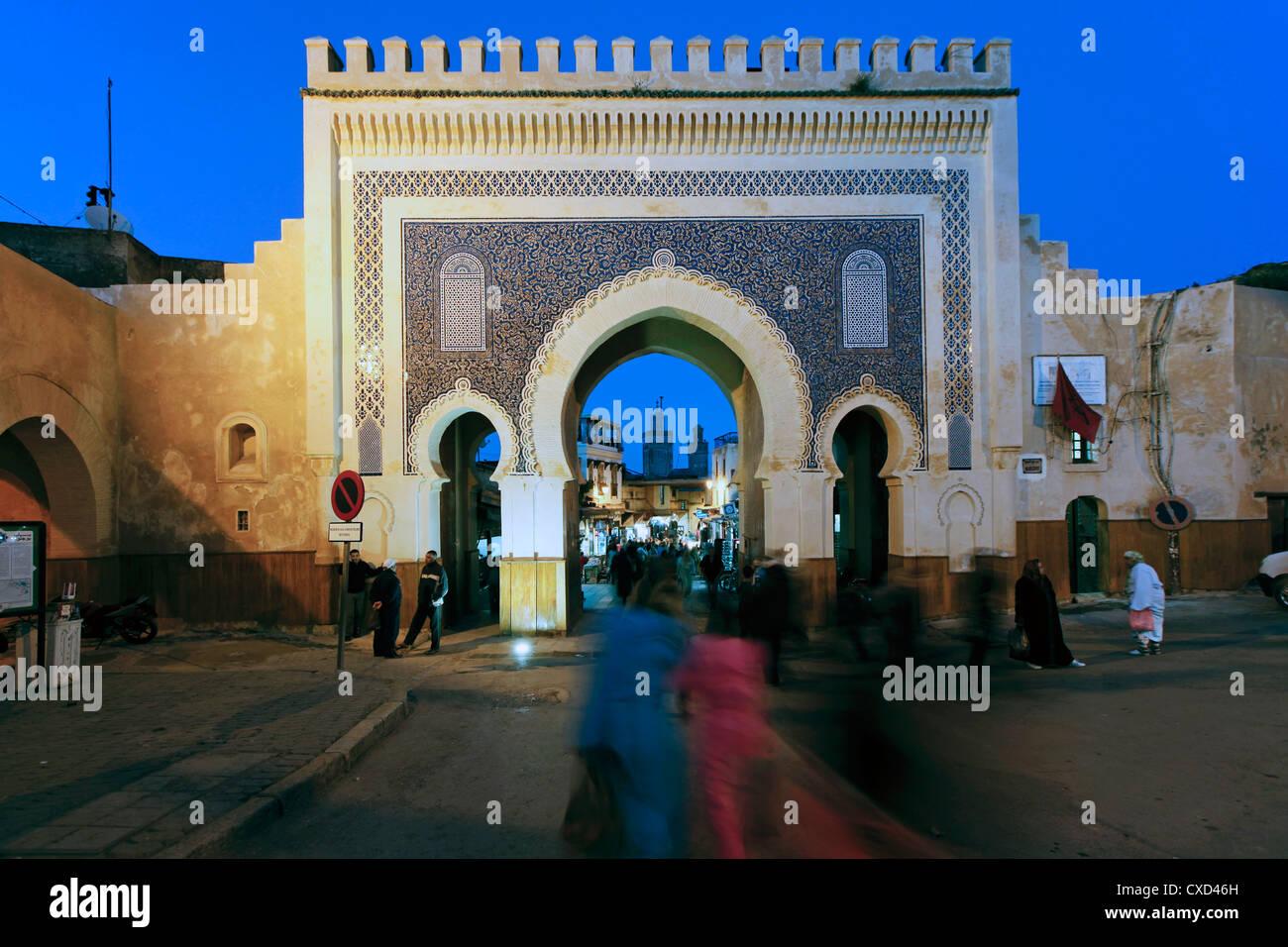 Sol carrelé bleu de l'Archway Bab Bou Jeloud porte de la ville de médina, Fès, Moyen Atlas, Maroc, Photo Stock