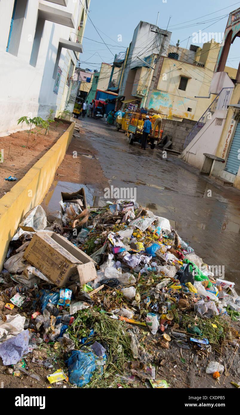 Déchets ménagers jetés dans une rue. L'Andhra Pradesh, Inde Banque D'Images