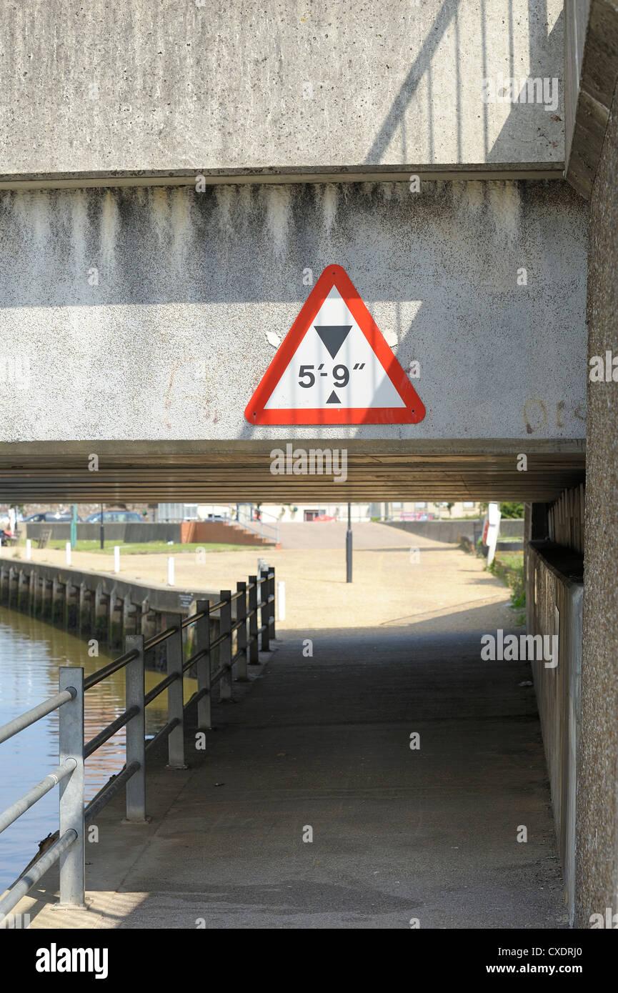 Signe de la limitation de hauteur sous pont Great Yarmouth norfolk england uk Photo Stock