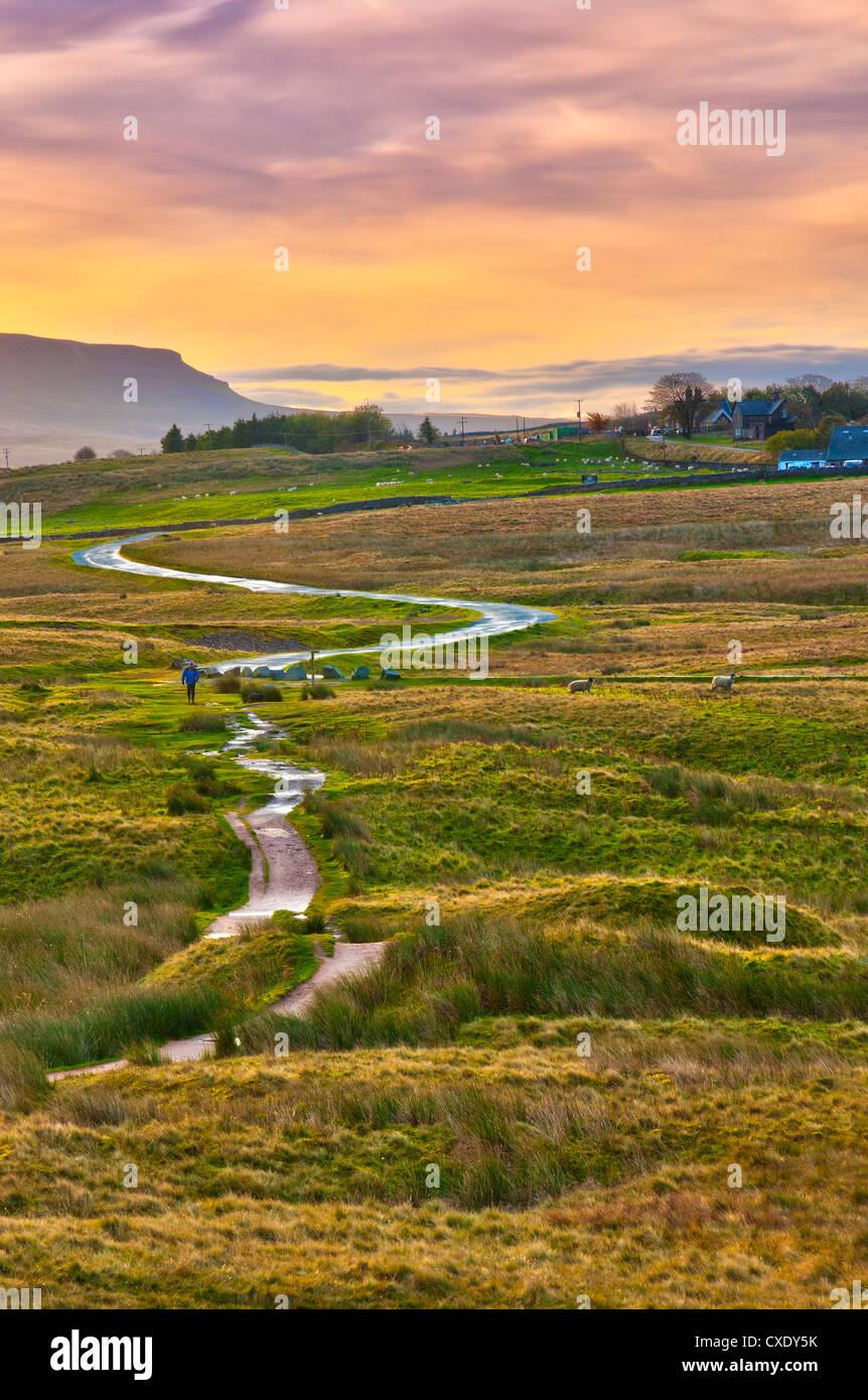 Pen-y-ghent l'un des trois sommets du Yorkshire, vallée de Ribble, Yorkshire Dales National Park, North Photo Stock