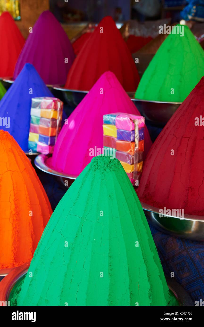 Poudres de couleur à vendre, Devaraja market, Mysore, Karnataka, Inde, Asie Photo Stock