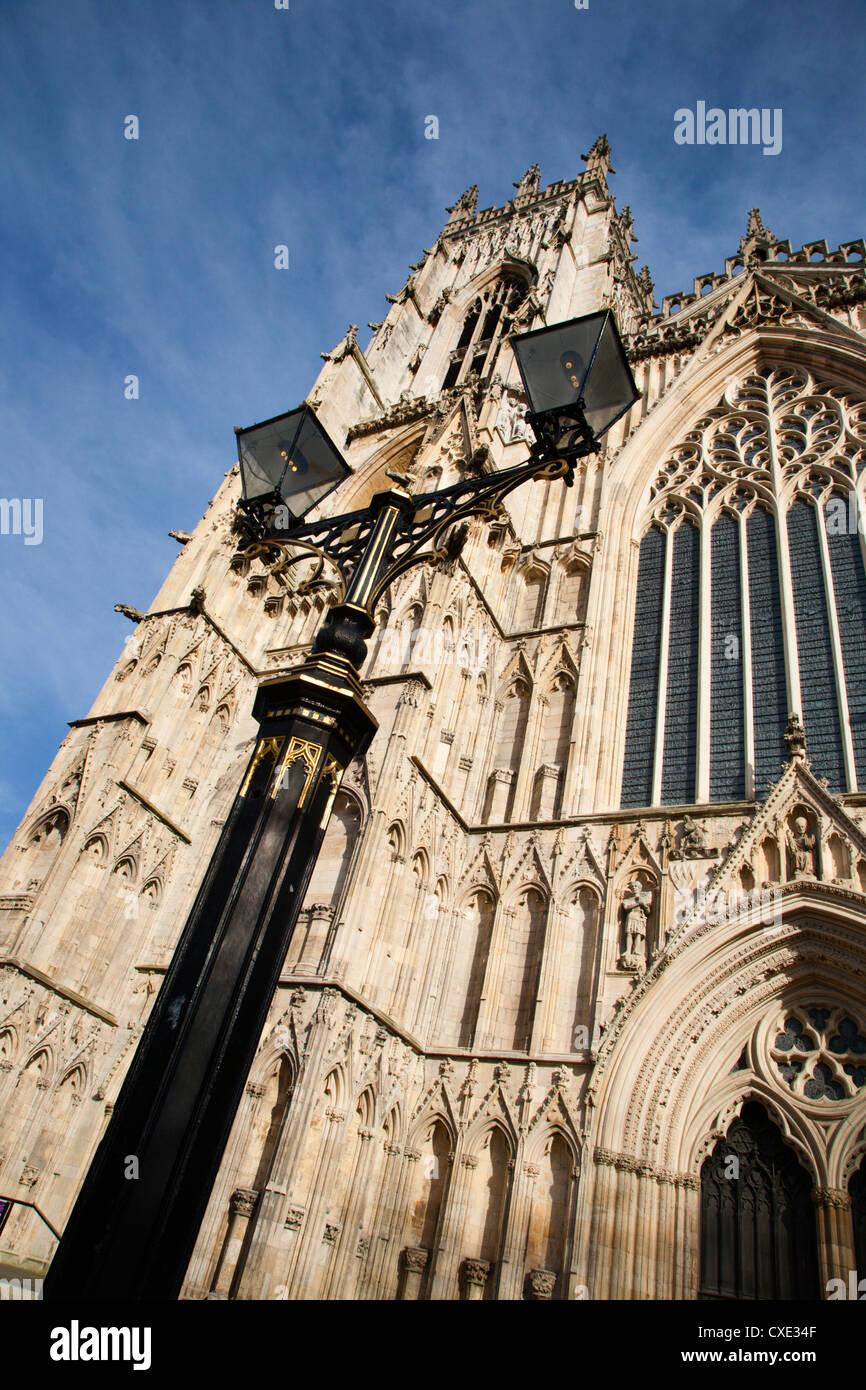 Lampe de rue et à l'Ouest avant de York Minster, York, Yorkshire, Angleterre Photo Stock