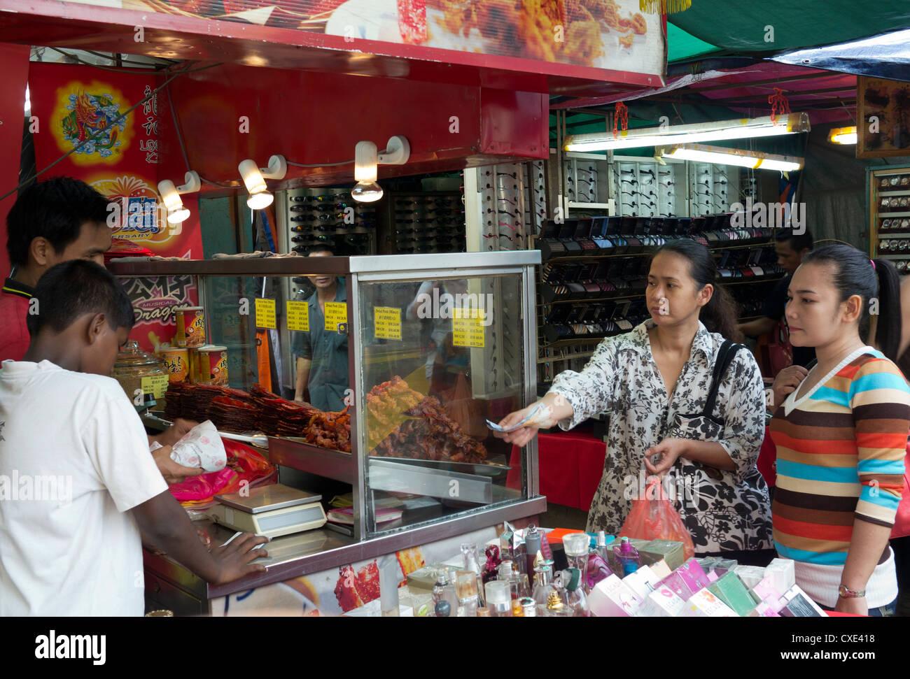 Les acheteurs, de la rue du marché, Chinatown, Kuala Lumpur, Malaisie Photo Stock