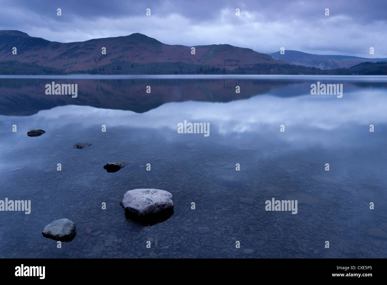 L'aube de la côte du Sud-Est de Derwentwater, Keswick, Parc National de Lake District, Cumbria, Angleterre, Photo Stock