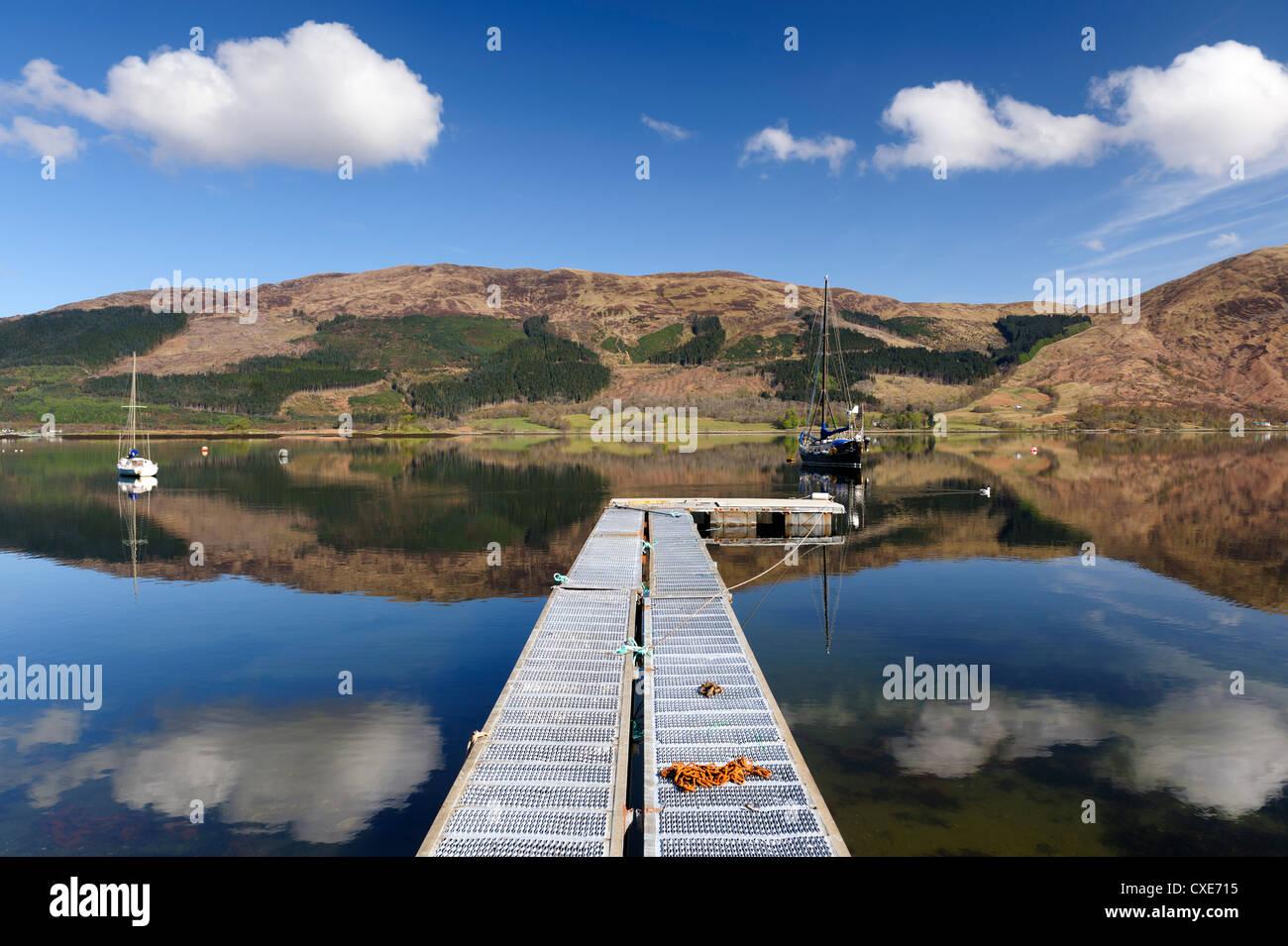 Le Loch Leven avec bateau à voile et de la jetée de Glencoe village, Highlands, Scotland Photo Stock